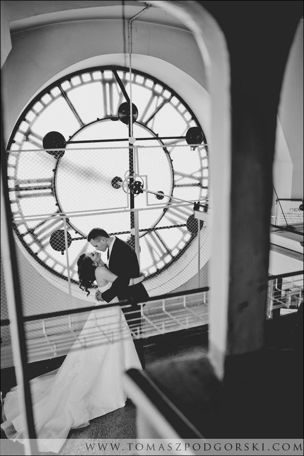Zdjęcie ślubne na wieży zegarowej